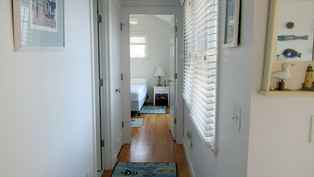 Hallway with Bathroom to Bedroom (Queen)