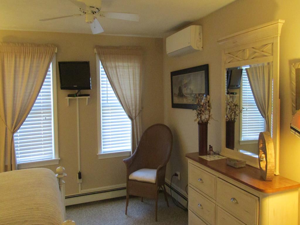 Bedroom - Queen - Upstairs
