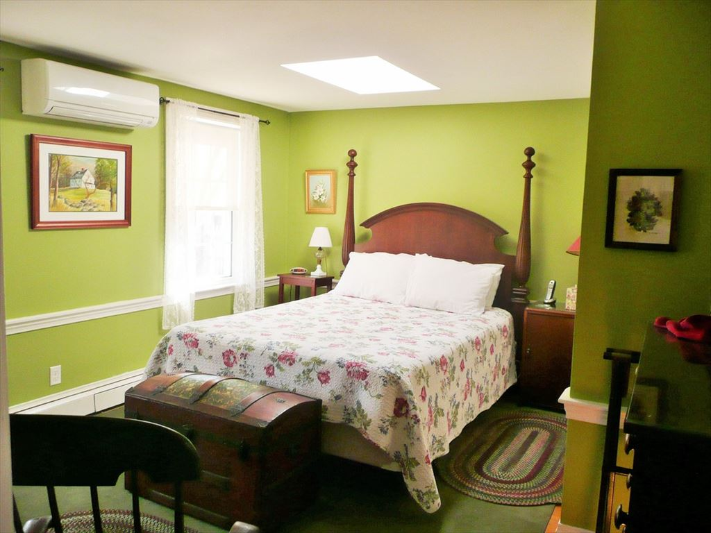 2nd floor bedroom with 2 twin beds and wall a/c