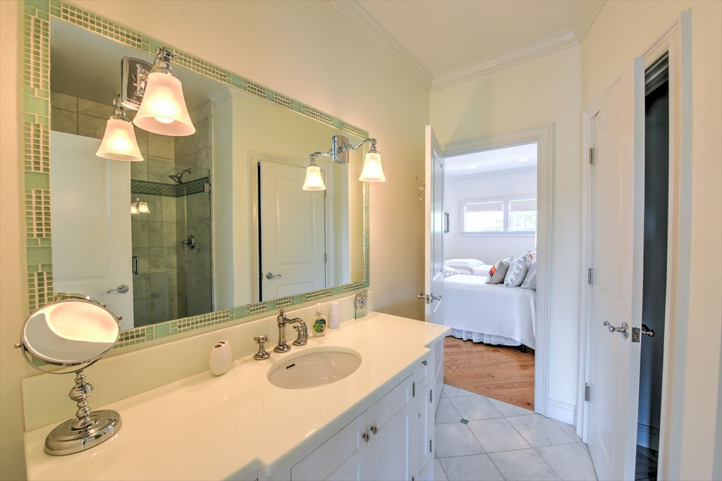 Upper level Hollywood Bath between two of the bedrooms