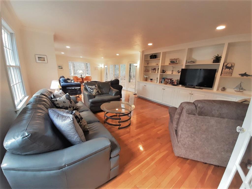 Expansive Livingroom off Foyer